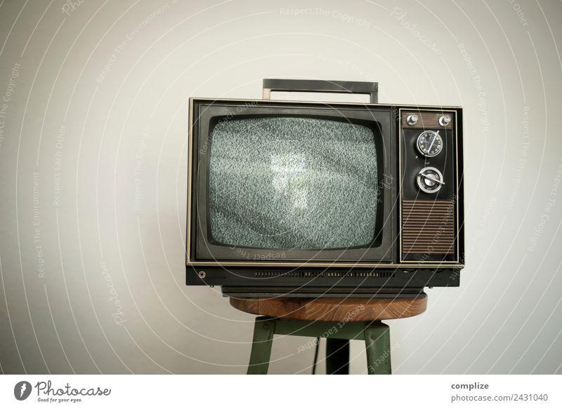 70er Jahre Fernseher auf Werkstatt-Hocker alt Erholung Lifestyle Innenarchitektur Stil Häusliches Leben Design Freizeit & Hobby Raum Technik & Technologie