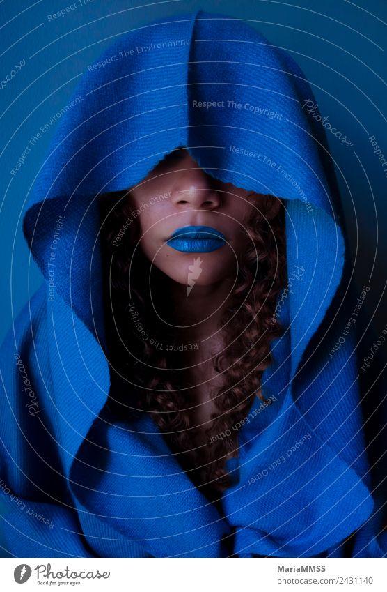 Schöne junge Frau mit blauer Kapuze elegant Stil exotisch feminin Junge Frau Jugendliche Gesicht 1 Mensch 18-30 Jahre Erwachsene Mode brünett langhaarig Locken