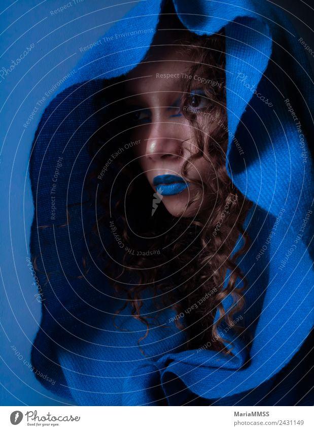 Schöne junge Frau, die mit blauem Make-up posiert. Stil exotisch feminin Junge Frau Jugendliche Gesicht 1 Mensch 18-30 Jahre Erwachsene Mode Mantel brünett
