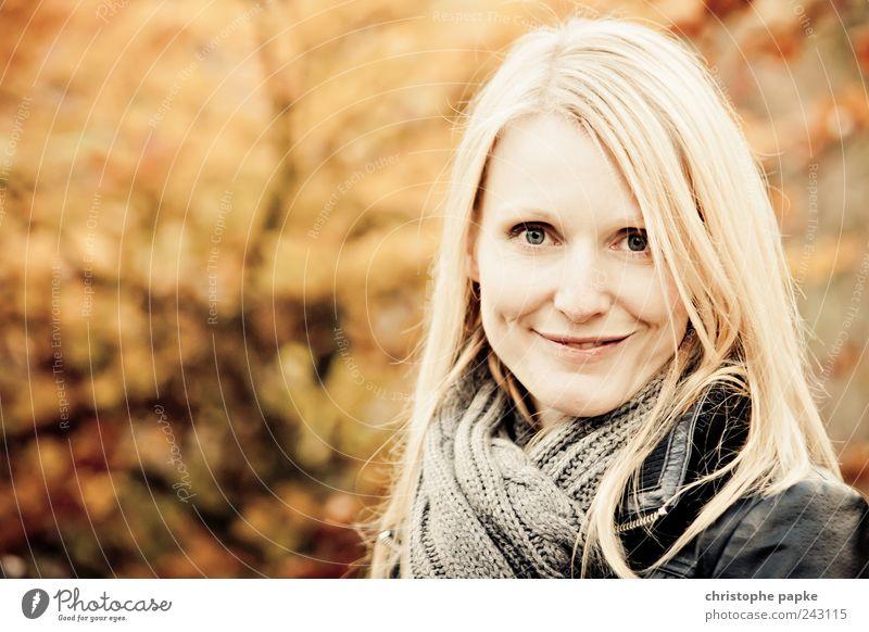 Indian Summer feminin Junge Frau Jugendliche Erwachsene 1 Mensch 18-30 Jahre Park Wald blond Lächeln schön Freude Glück Zufriedenheit Lebensfreude Herbst
