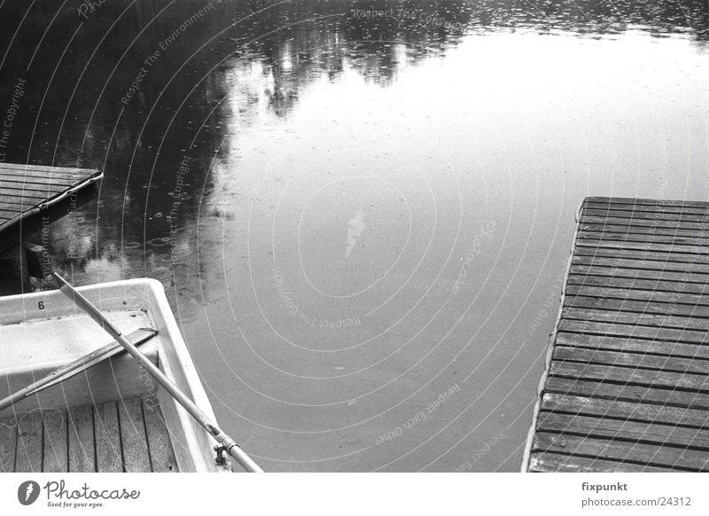 1632-025 See Regen Steg Wasserfahrzeug trüb Schwarzweißfoto