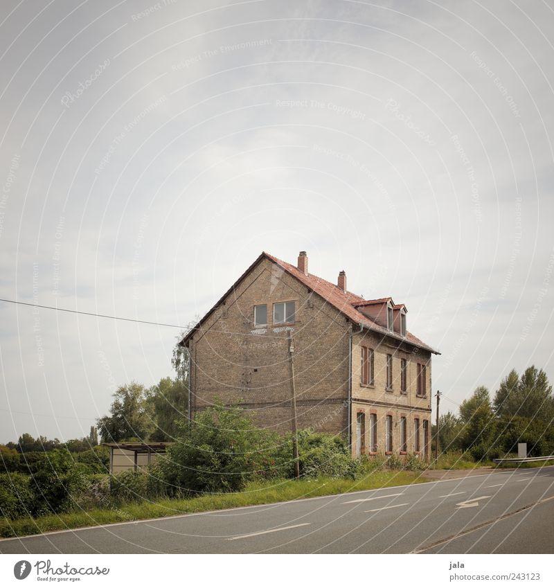 irgendwo dazwischen Himmel Natur Baum Pflanze Haus Straße Wand Architektur Mauer Gebäude Fassade trist Sträucher Bauwerk Grünpflanze Einfamilienhaus