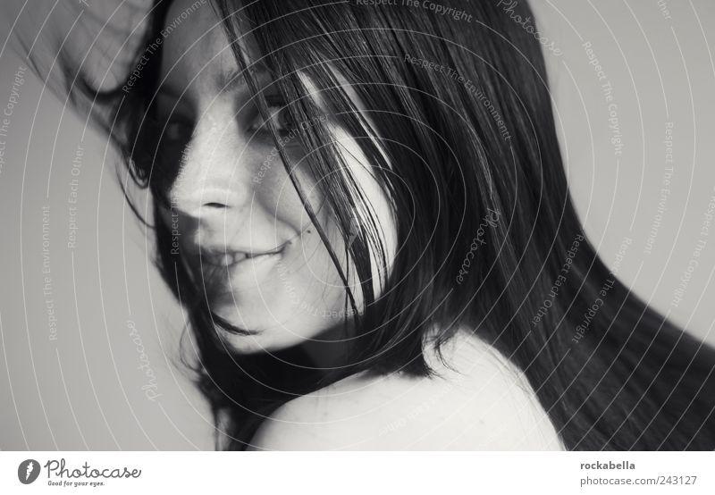 bergseen. feminin Junge Frau Jugendliche 1 Mensch 18-30 Jahre Erwachsene schwarzhaarig langhaarig Lächeln lachen ästhetisch authentisch elegant Freundlichkeit