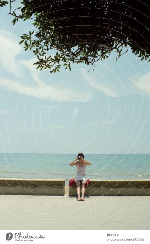 Urlaubsfotografie Mensch Frau Himmel Natur Jugendliche Ferien & Urlaub & Reisen Sommer Meer Freude Wolken Erwachsene Umwelt Landschaft Gefühle Küste Wetter