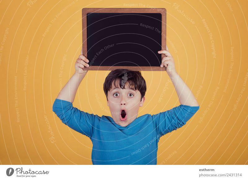 überraschter Junge mit einer Tafel Lifestyle Freude Mensch maskulin Kind Kleinkind Kindheit 1 8-13 Jahre Bewegung festhalten Fitness Lächeln Freundlichkeit