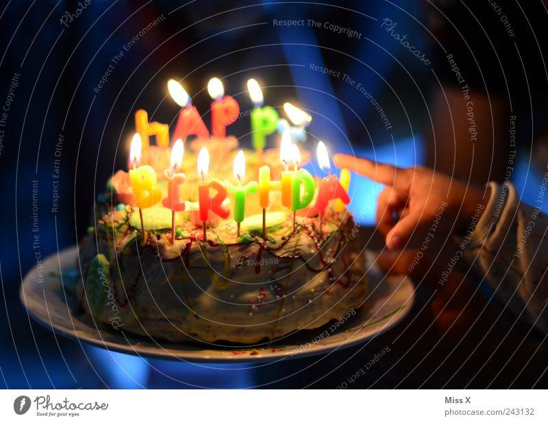 Happy Birthday Mensch Kind Hand Ernährung Feste & Feiern Lebensmittel Geburtstag Finger süß Kerze Dekoration & Verzierung heiß Kindheit leuchten Kuchen lecker