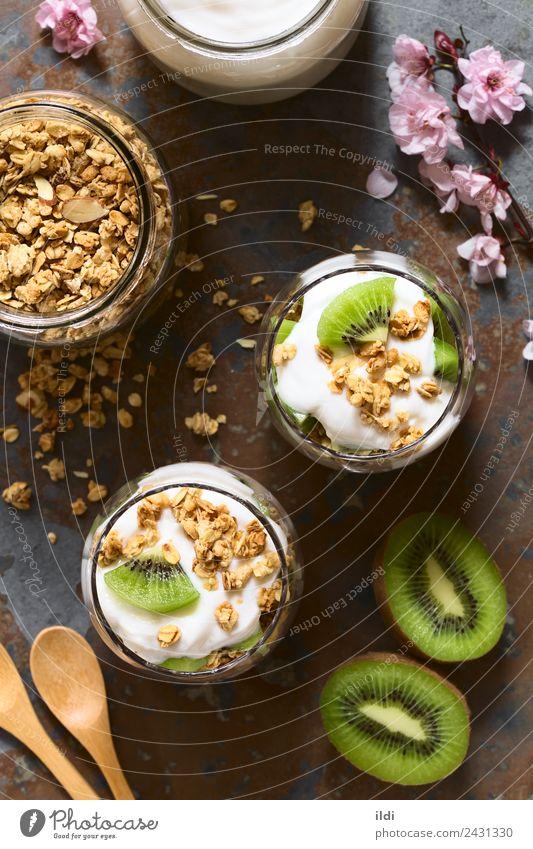 Joghurt Granola und Kiwi Parfait Frucht Dessert frisch Lebensmittel Müsli knackig Haferflocken Mandel Molkerei Gesundheit Snack süß Mahlzeit mehrschichtig Glas