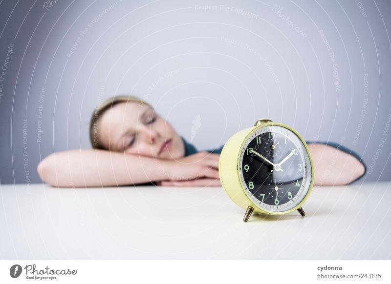 Wochenendplanung Mensch Jugendliche Ferien & Urlaub & Reisen ruhig Erwachsene Erholung Leben Freiheit träumen Zeit Freizeit & Hobby Uhr schlafen Lifestyle Pause 18-30 Jahre