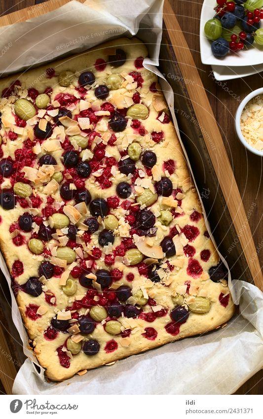 Kuchen mit Beeren und Kokosflocken Frucht Dessert frisch Lebensmittel süß Stachelbeeren Blaubeeren Johannisbeeren Kokosnuss Schuppen backen gebastelt