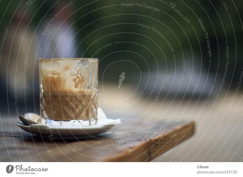 milchkaffee Lebensmittel Kaffeetrinken Getränk Heißgetränk Latte Macchiato Glas Holz Metall Erholung genießen Duft lecker braun grün schwarz weiß Farbfoto
