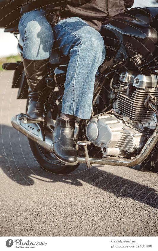 Paar sitzt über dem Motorrad und ist einsatzbereit. Ferien & Urlaub & Reisen Ausflug Abenteuer Frau Erwachsene Mann Verkehr Straße Fahrzeug Jeanshose Stiefel