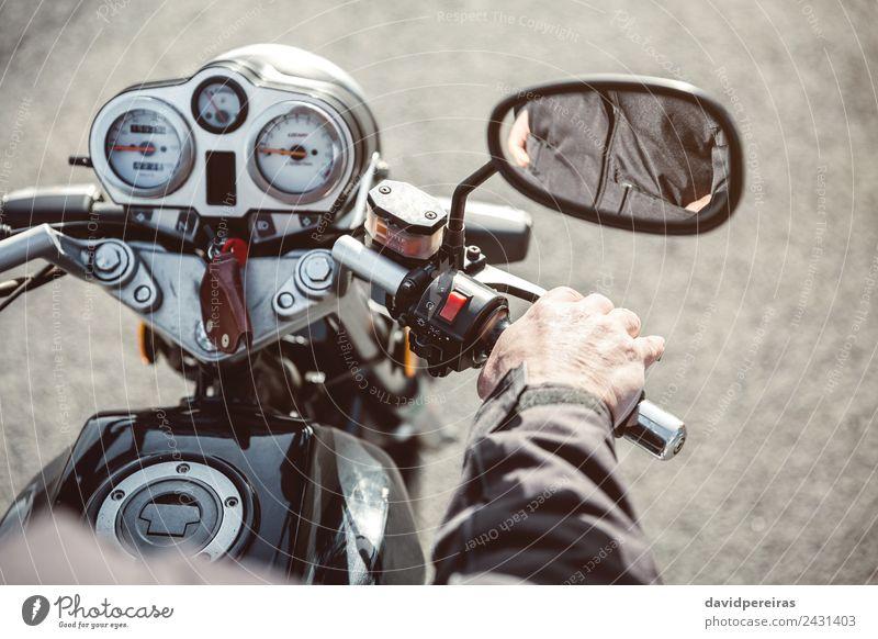 Senior Mann Handsteuerung Motorrad auf der Straße Ferien & Urlaub & Reisen Ausflug Abenteuer Spiegel Mensch Erwachsene Verkehr Fahrzeug Metall alt authentisch