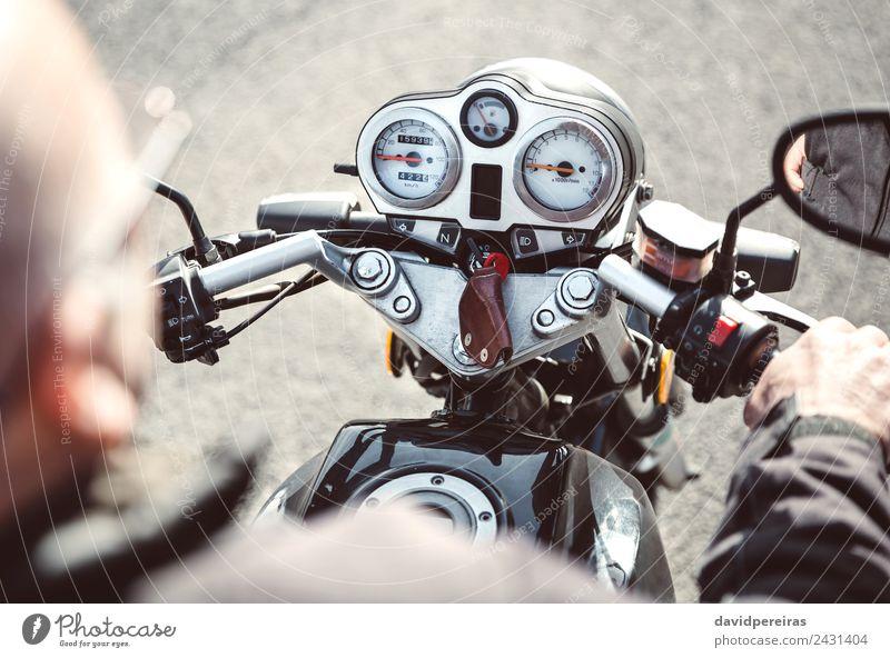 Senior Mann steuert Motorrad auf der Straße Ferien & Urlaub & Reisen Ausflug Abenteuer Spiegel Mensch Erwachsene Hand Verkehr Fahrzeug Metall alt authentisch