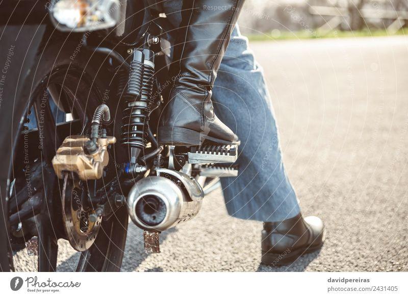 Paar sitzt über dem Motorrad und ist einsatzbereit. Ferien & Urlaub & Reisen Ausflug Abenteuer Frau Erwachsene Mann Verkehr Straße Fahrzeug Stiefel Metall Stahl