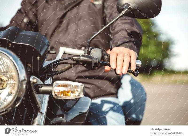 Senior Mann steuert Motorrad auf der Straße Lifestyle Ferien & Urlaub & Reisen Ausflug Abenteuer Spiegel Mensch Erwachsene Paar Hand Verkehr Fahrzeug Jeanshose