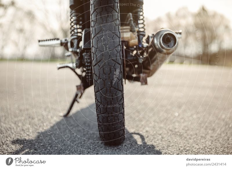 Rad und Auspuffrohr des Motorrads auf der Straße Ferien & Urlaub & Reisen Ausflug Abenteuer Natur Verkehr Fahrzeug Metall Stahl glänzend neu retro