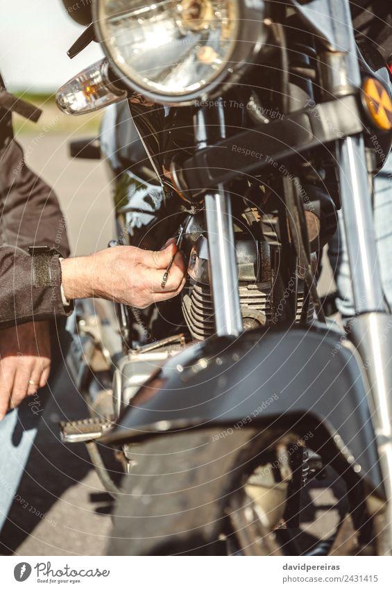Senior Mann bei der Reparatur eines beschädigten Motorradmotors Lifestyle Ferien & Urlaub & Reisen Ausflug Abenteuer Mensch Erwachsene Hand Verkehr Straße