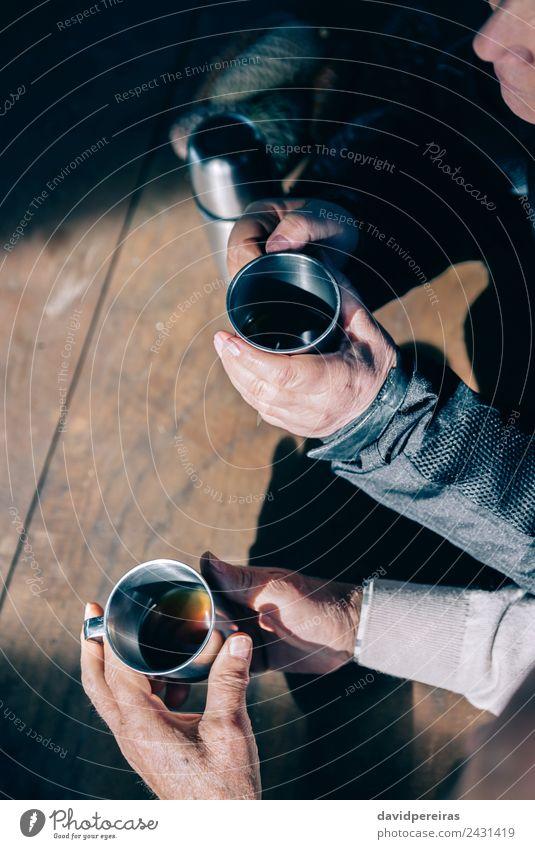 Frau Mensch Mann alt Hand Erholung Erwachsene Lifestyle Liebe Holz Paar Zusammensein Freizeit & Hobby Metall sitzen authentisch