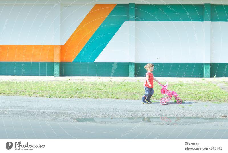 MUTTI Mensch Kind Mädchen Ferne Straße Wand Spielen Freiheit Architektur Mauer Kindheit Fassade laufen Ausflug Beton Platz