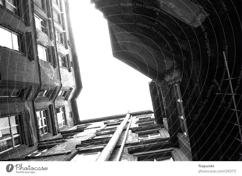 1632-050 Architektur Schwarzweißfoto Berlin Innenhof tief Kontrast Blick nach oben