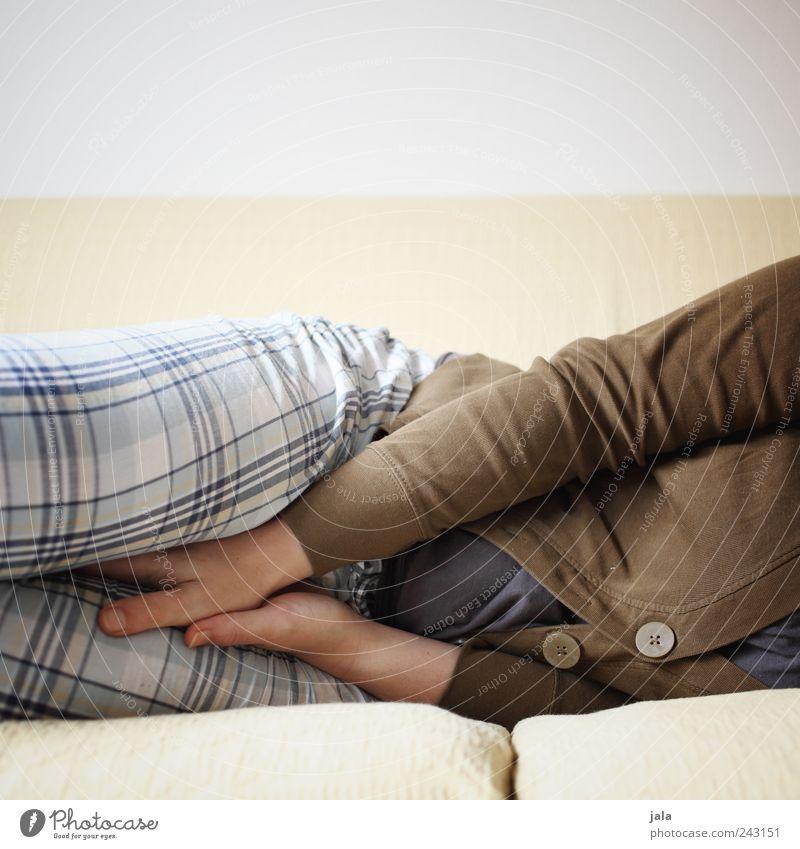 daliegen Mensch Frau Hand Erwachsene feminin Beine Wohnung schlafen Häusliches Leben Sofa Bauch