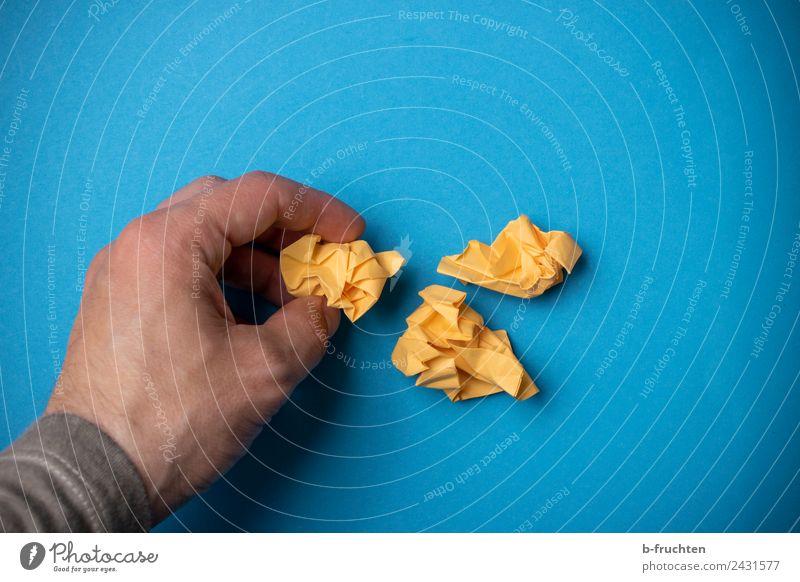 Drei Papierkugeln zusammenlegen Arbeitsplatz Büro Mann Erwachsene Hand Finger Zettel Denken festhalten lernen blau gelb Zufriedenheit Idee innovativ Kreativität