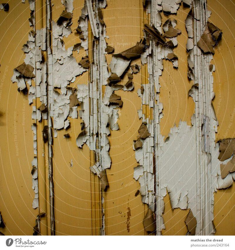 IN DIE JAHRE GEKOMMEN Menschenleer Ruine Bauwerk Gebäude Tür alt Holz Holzbrett Farben und Lacke abblättern gehen Zerstörung verfallen gelb weiß Furche rollen