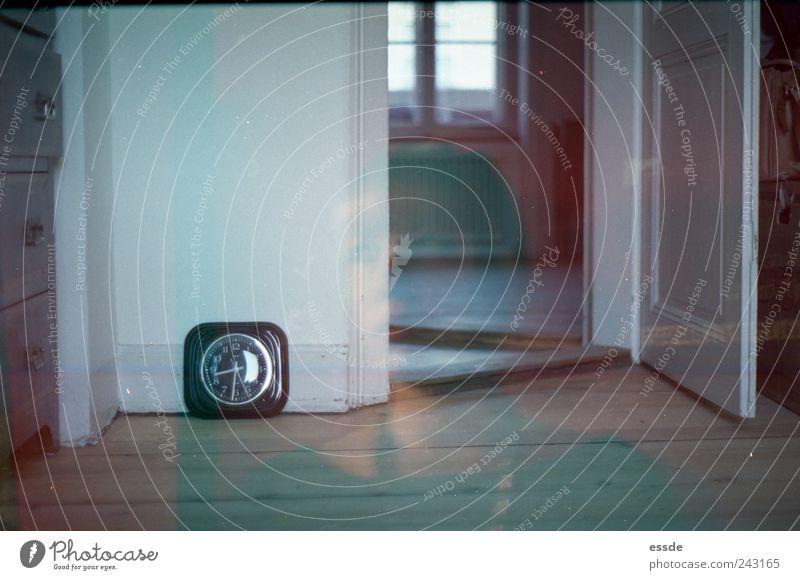 // Haus Uhr Holz alt Denken authentisch braun Warmherzigkeit Langeweile Einsamkeit Gelassenheit Zeit Farbfoto Experiment Textfreiraum links Wegsehen