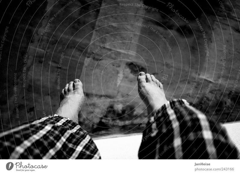 Hangout Wohlgefühl Zufriedenheit Erholung ruhig Freiheit Sommer Sonnenbad Mensch maskulin Mann Erwachsene Beine Fuß 1 Hose Barfuß warten frei Vertrauen