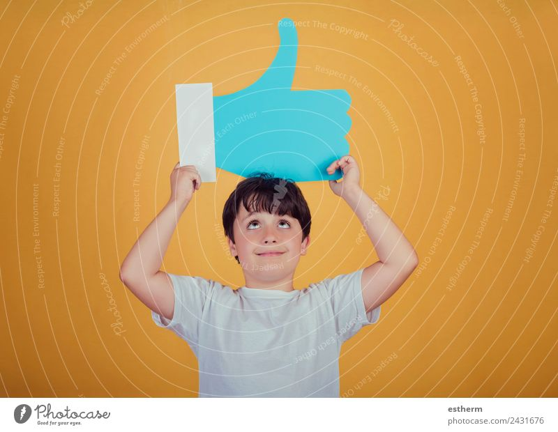 Junge mit einem großen Ähnlichen. Lifestyle Freude Mensch maskulin Kind Kleinkind Kindheit 1 8-13 Jahre Zeichen Schilder & Markierungen festhalten Fitness