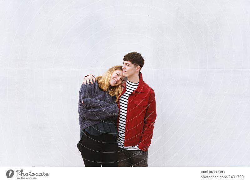 verliebtes junges Paar vor Betonwand mit Textfreiraum Lifestyle Glück Freizeit & Hobby Mensch maskulin feminin Junge Frau Jugendliche Junger Mann Erwachsene