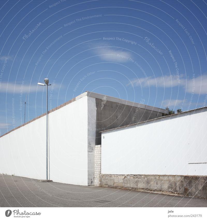 schönwettertag Himmel Sommer Schönes Wetter Haus Fabrik Platz Bauwerk Gebäude Architektur Mauer Wand Treppe Laternenpfahl ästhetisch eckig hell blau grau weiß