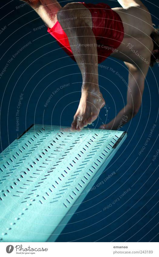 Rücklage einbeinig Mensch Mann Jugendliche Wasser blau Freude Sport springen Bewegung Beine Angst Erwachsene maskulin fliegen hoch Schwimmbad