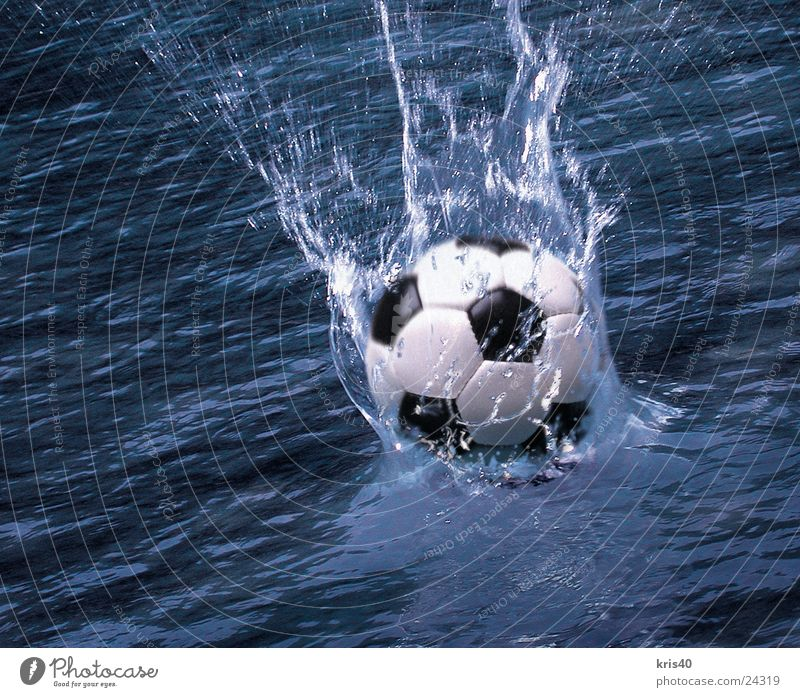Wasserball spritzen Sport Ball Fußball Wasseroberfläche Wasserspritzer Dynamik Bewegungsunschärfe platschen