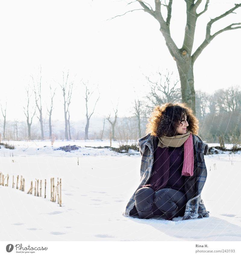 Spaziergang im Schnee II Mensch Natur Jugendliche schön Baum Winter kalt Schnee feminin Haare & Frisuren Landschaft Eis Zufriedenheit Feld Erwachsene
