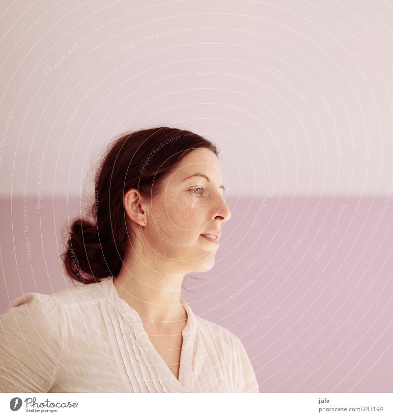 . Mensch Frau Erwachsene Kopf 1 30-45 Jahre Haare & Frisuren langhaarig Zopf Blick rosa weiß Farbfoto Innenaufnahme Textfreiraum rechts Textfreiraum oben Tag