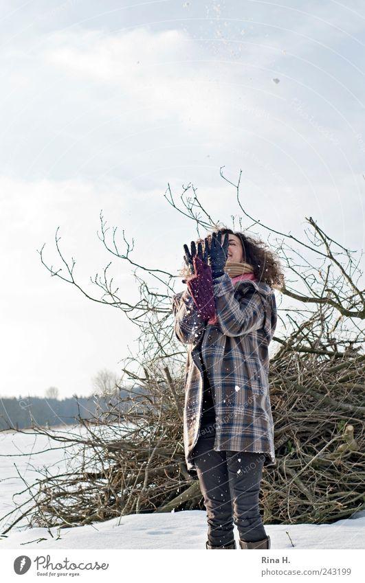 Spaziergang im Schnee III Junge Frau Jugendliche Erwachsene 1 Mensch 18-30 Jahre Umwelt Natur Landschaft Himmel Winter Schönes Wetter Feld Jeanshose Jacke Schal