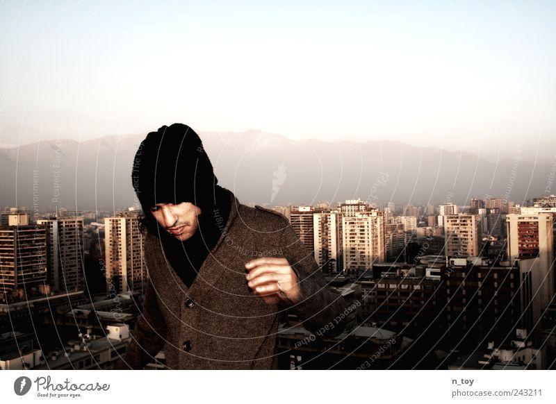 Über der Stadt Mensch Jugendliche Ferien & Urlaub & Reisen Berge u. Gebirge Erwachsene maskulin Hochhaus entdecken Skyline Mütze Mantel Hauptstadt Chile