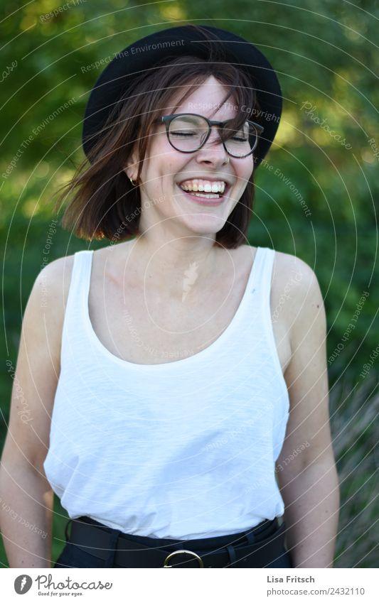 herrlich frei, junge lachende Frau, geschlossene Augen, Brille Lifestyle Freude schön Junge Frau Jugendliche 1 Mensch 18-30 Jahre Erwachsene Mode Top Hut
