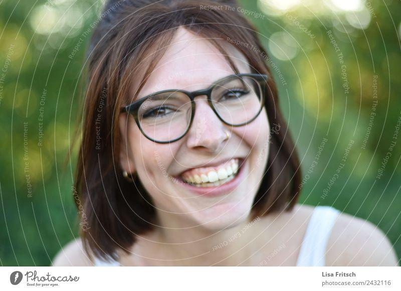 zauberhaft. schön Gesicht Gesundheit feminin Junge Frau Jugendliche 1 Mensch 18-30 Jahre Erwachsene Piercing Brille brünett kurzhaarig lachen ästhetisch