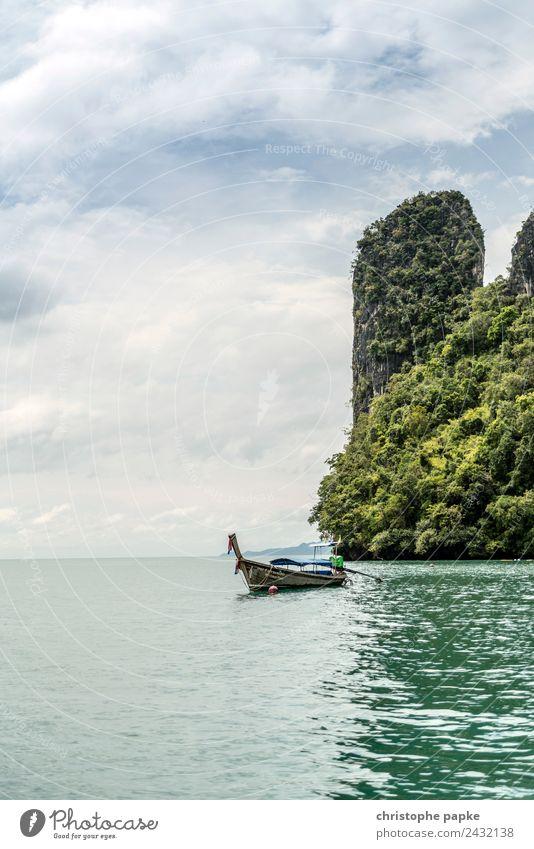 Longtail Boot vor Felsen in Thailand ruhig Ferien & Urlaub & Reisen Tourismus Ausflug Abenteuer Ferne Sommer Sommerurlaub Meer Insel Wellen Umwelt Natur