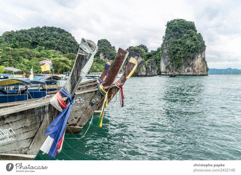 Holzboote vor Insel Ferien & Urlaub & Reisen Sommer Landschaft Meer Küste Felsen liegen Bucht Asien Schifffahrt exotisch Urwald Thailand Motorboot Andamanensee