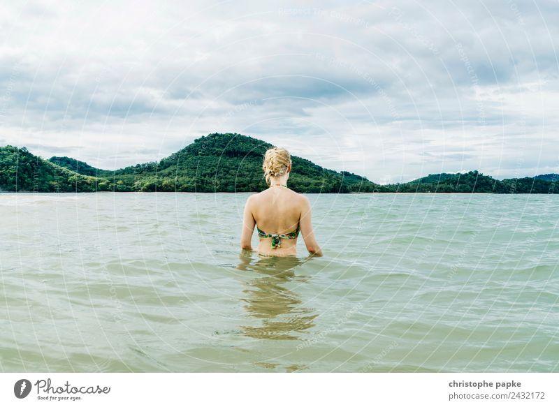 Badewanne Mensch Natur Ferien & Urlaub & Reisen Jugendliche Junge Frau Sommer Meer Erholung ruhig Strand Ferne Erwachsene Küste Tourismus Zufriedenheit