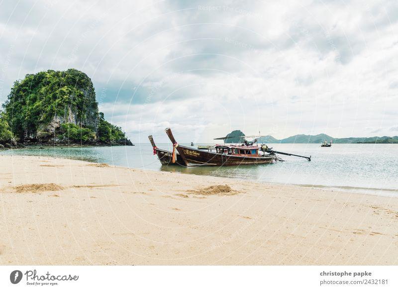 Longtail Boote liegen an Strand einer Insel in Thailand Ferien & Urlaub & Reisen Ferne Sommer Sommerurlaub Meer Landschaft Wolken Wärme Urwald Küste authentisch