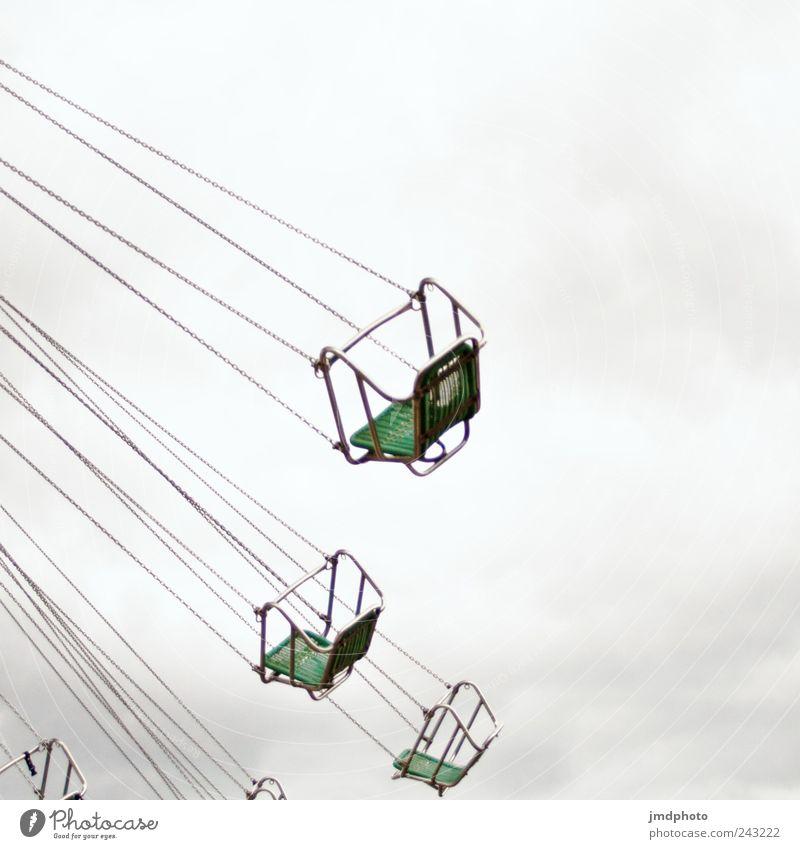 Kettenkarussell Freude Glück Ausflug Freiheit Veranstaltung ausgehen Himmel Wolken schlechtes Wetter drehen fliegen schaukeln frei Fröhlichkeit Vorfreude