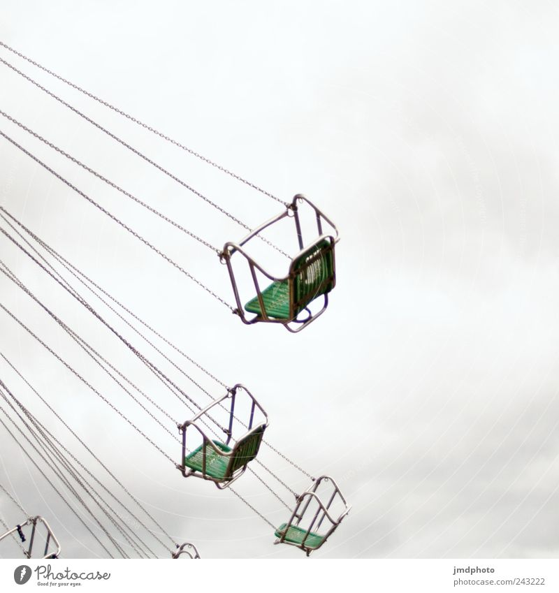 Kettenkarussell Himmel Freude Wolken ruhig Einsamkeit Freiheit Glück träumen Angst Freizeit & Hobby Ausflug fliegen frei Fröhlichkeit leer Trauer