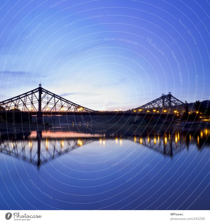 blaues Wunder Himmel Wasser ruhig Lampe Brücke Fluss Dresden Quadrat Flussufer Abenddämmerung Lichtspiel Symmetrie Elbe Sehenswürdigkeit Spiegelbild