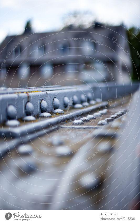 Nietenbrücke Haus Brücke Fassade Metall fest Nostalgie Farbfoto Außenaufnahme Menschenleer Tag Starke Tiefenschärfe