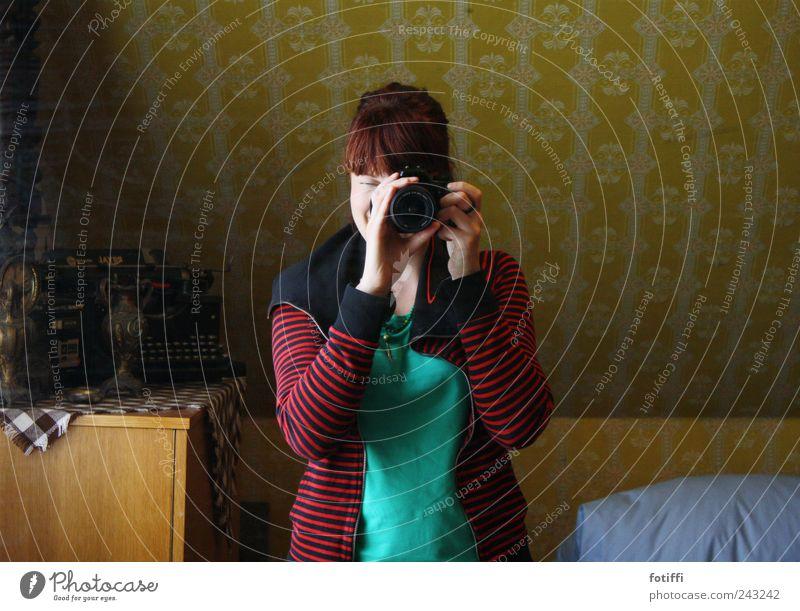 hinter omas gardinen VI Mensch Jugendliche grün Erwachsene gelb 18-30 Jahre Junge Frau Tapete Neigung gestreift Fotografieren Selbstportrait Tapetenmuster