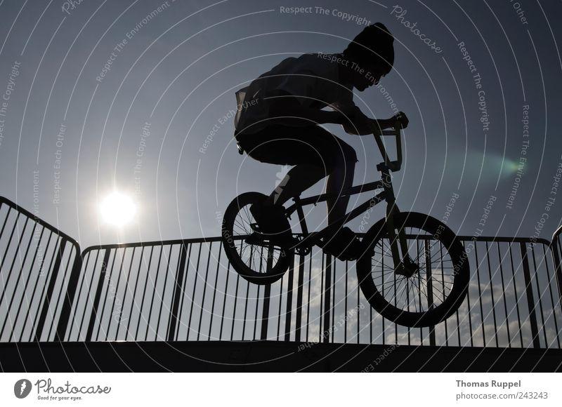 und hepp! Mensch Mann Jugendliche Sport springen Fahrrad Erwachsene maskulin fahren Freizeit & Hobby Fahrradfahren BMX Halfpipe Junger Mann Skaterbahn